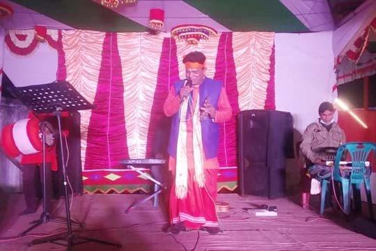 ঝাউডাঙার পৌষ মেলায় বাউল গান পরিবেশন করছেন পূর্ণদাস সরকার
